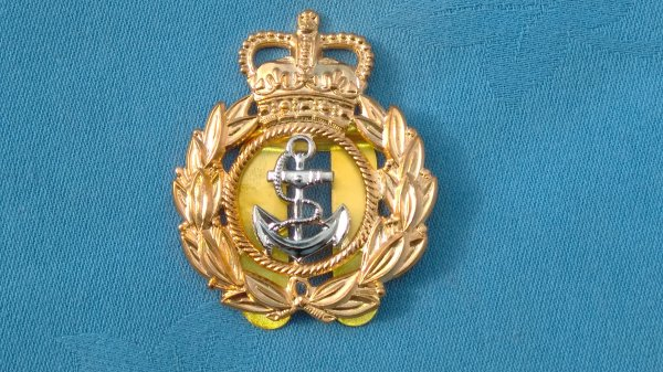 The Royal Navy Chief Petty Officers cap badge.
