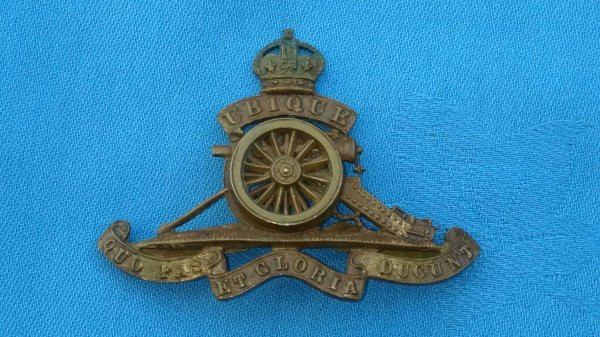 The Royal Artillery Officers cap badge.