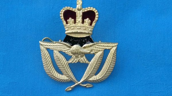 The Royal Air Force Warrant Officers cap badge.