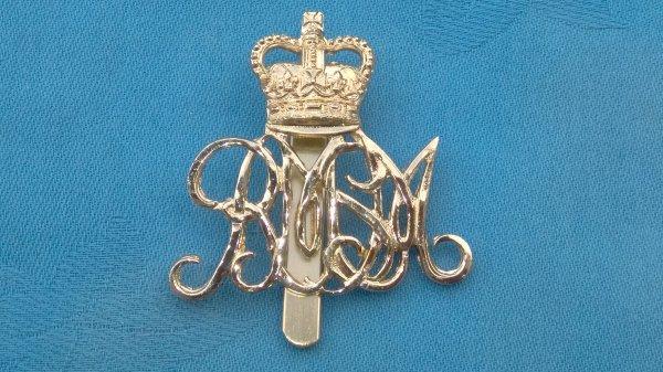 The Royal School of Music cap badge.