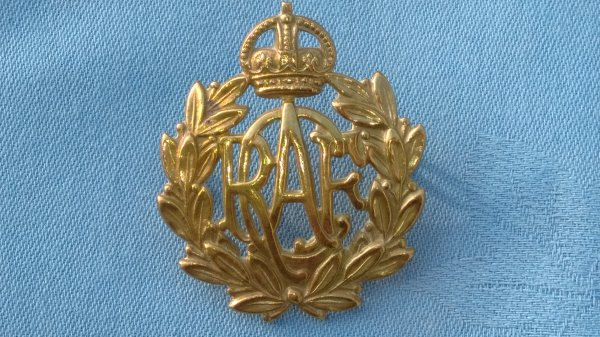 The Royal Canadian Air Force cap badge.