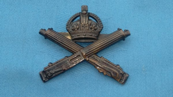 The Machine Gun Corp Officers cap badge.